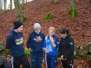 Eleverna läser instruktionerna till en av caseövningarna som genomfördes under dagen.
